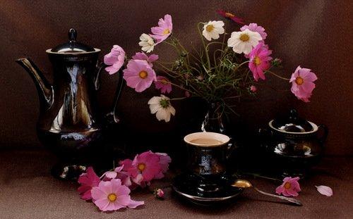 чашка кофе и букет с космеями
