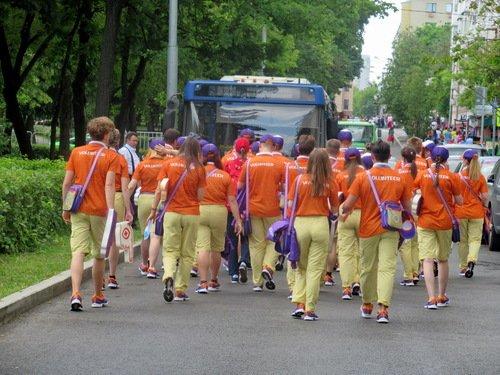 Волонтеры идут на задание