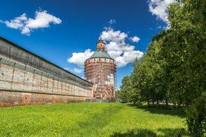 Кириллов. Московская башня в лесах.