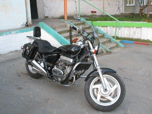 Стоял у дома мотоцикл