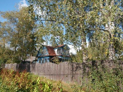 Дом за волнистым забором