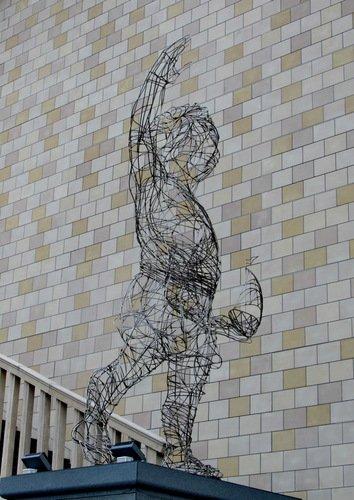 Новое слово в городской скульптуре - экономно и свет не загораживает!