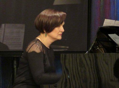 Пианистка в черном