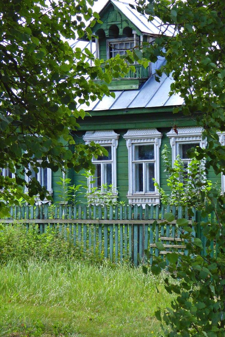 принесли фото деревянный зеленый домик в деревне дуэт шелдом