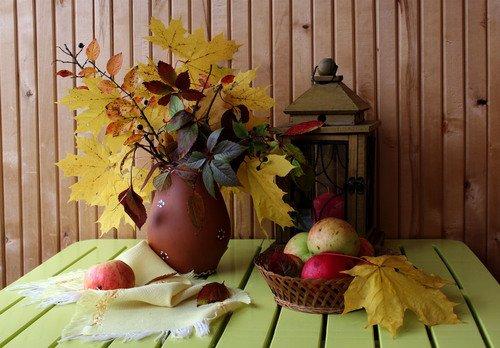 натюрморт с осенними листьями и яблоками