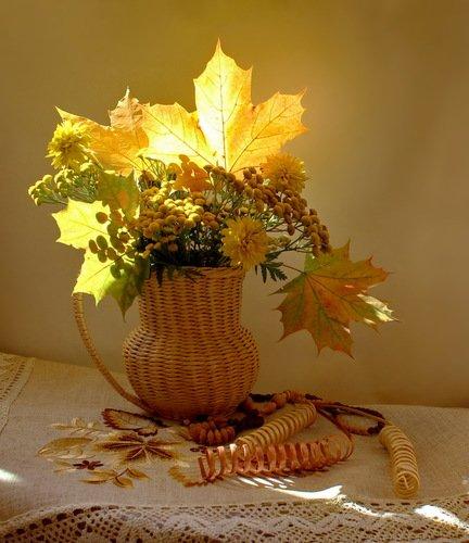 с кленовыми листьями