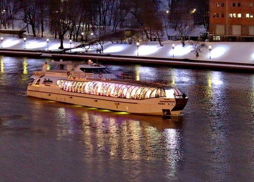 По сиреневой зимней реке