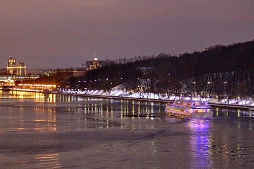 Сиреневый кораблик на сиреневой реке