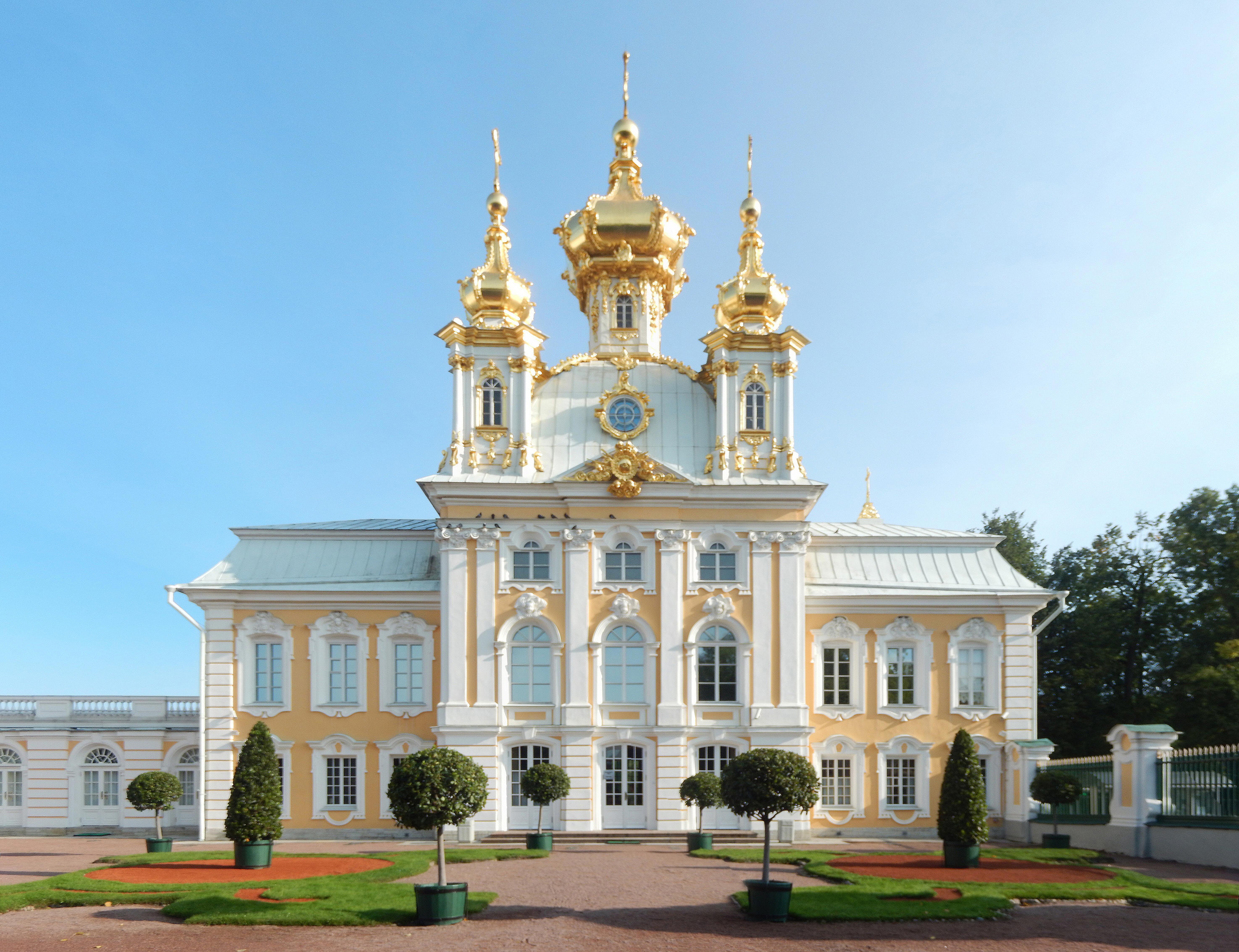 фотографы в петергофском дворце находится множество зданий
