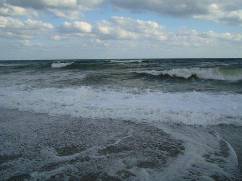 Гонит ветер облака , волны вслед бегут