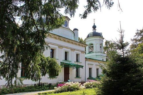 храм Троицы Живоначальной в Остафьево