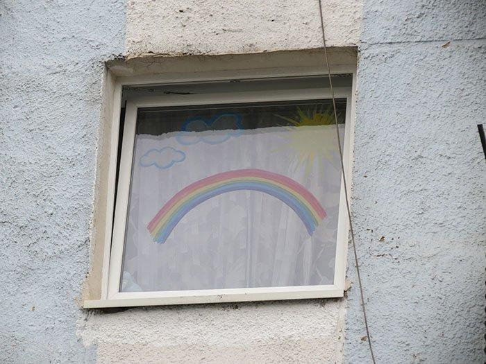Радуга на одном из окон советской пятиэтажки города Калининграда
