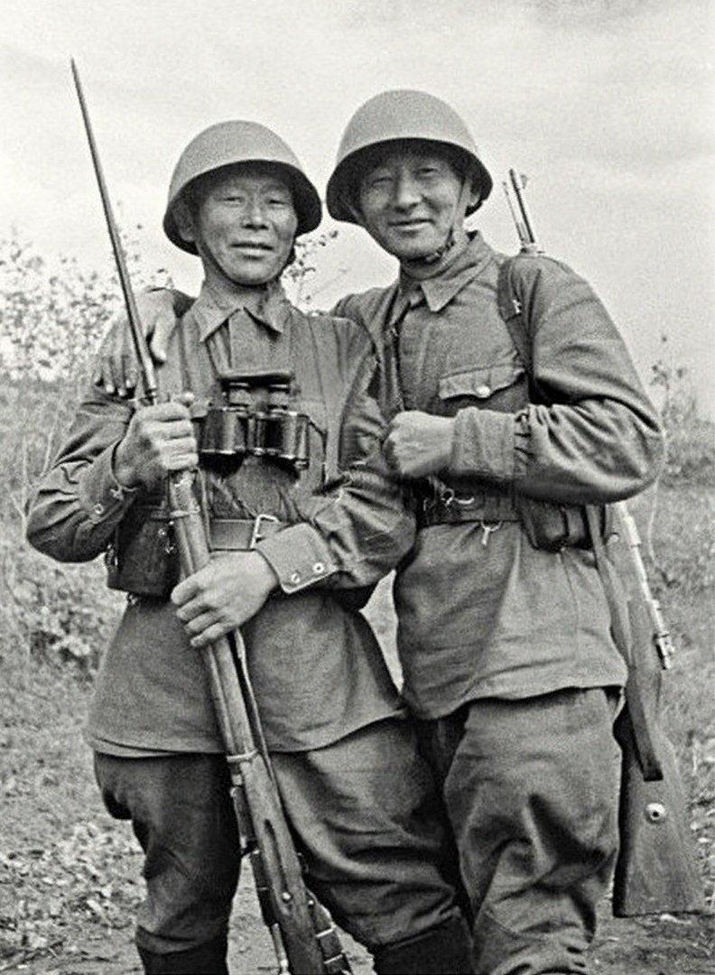 Слева направо – Семён Номоконов, Тогон Санжиев. Северо-Западный фронт, 1942 год