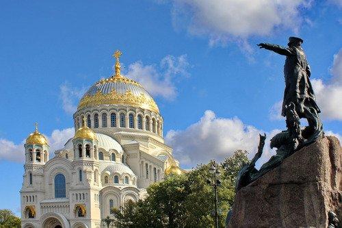 собор с памятником адмиралу Макарову