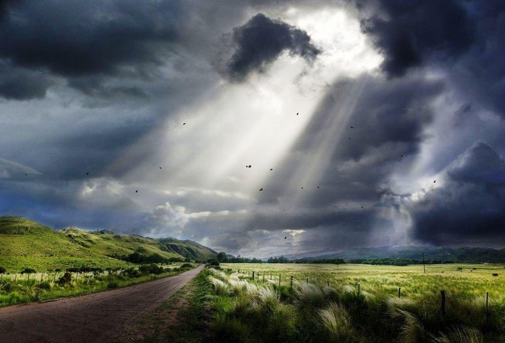 Горизонты в облаках, сёлах... Нитках дорог…Ветер, играя тучами, то заслоняет, То открывает солнце