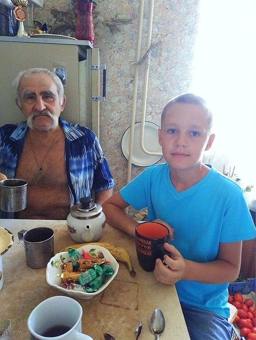 Фото о людях, фото из интернета . Чаепитие с дедом