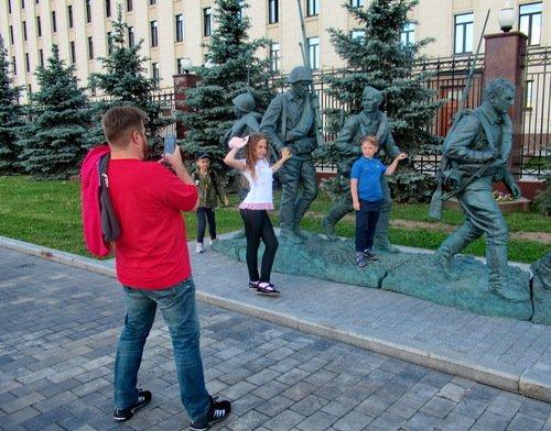 """У памятника героям фильма """"Они сражались за родину"""""""