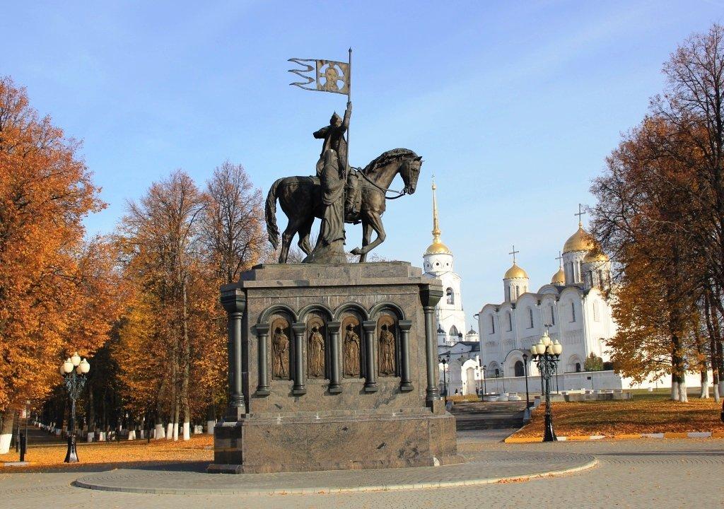 Памятник князю Владимиру и Успенский собор