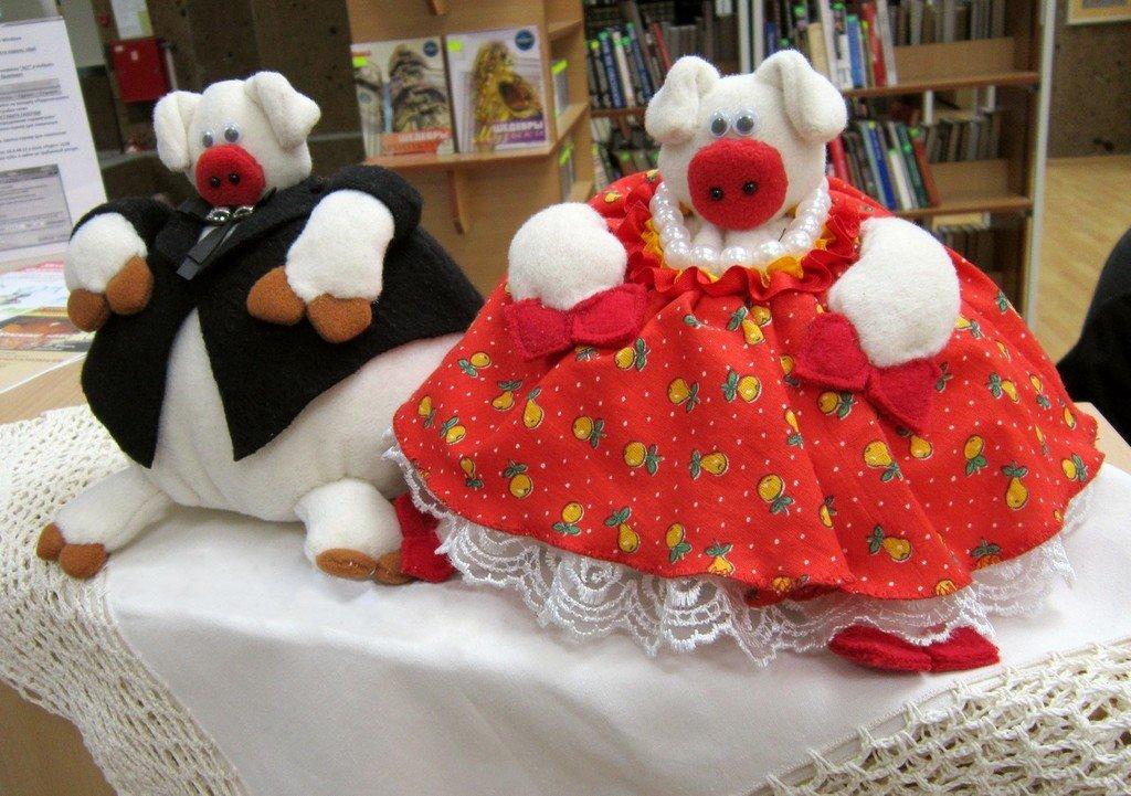 Наталия Соколова. Счастливая семья: папа Свин и мама Свиня.