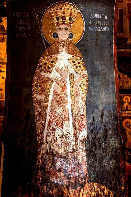Ктиторская композиция: Господь Иисус Христос благословляет Ангелов короновать Святого Краля Стефана Уроша II Милутина и его супругу Симониду. Фреска монастыря Грачаница, Косово, Сербия. Около 1320 года. Фрагмент. Кралица Симонида.