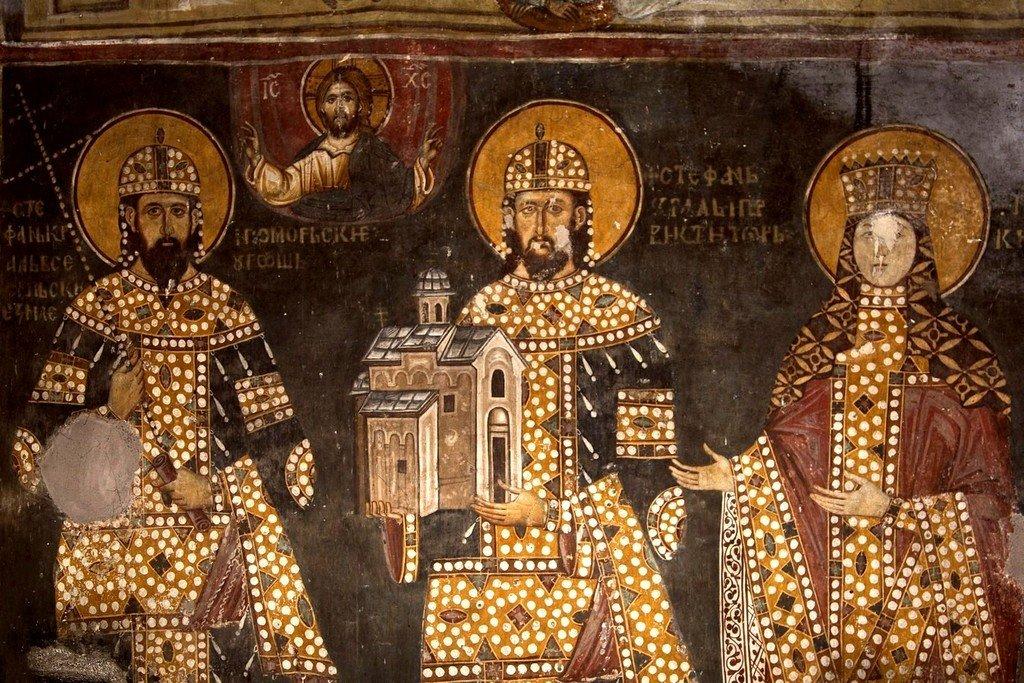 Святые Короли Стефан Урош II Милутин и Стефан Драгутин и супруга Драгутина - Кателина. Ктиторская композиция в церкви Святого Ахиллия в Арилье, Сербия. 1296 год. Фрагмент.