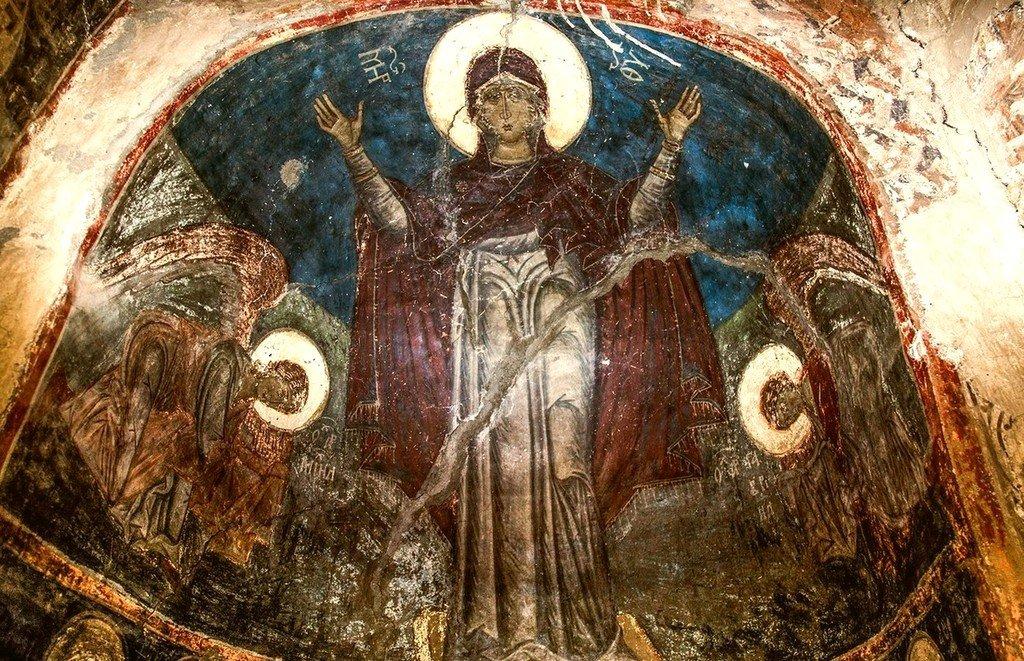 Богоматерь Оранта с припадающими Архангелами Михаилом и Гавриилом. Византийская фреска в церкви Святых Архангелов в Кастории, Греция.