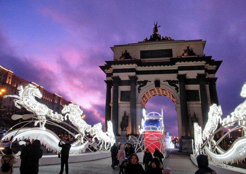 Сиреневое небо над Триумфальной аркой