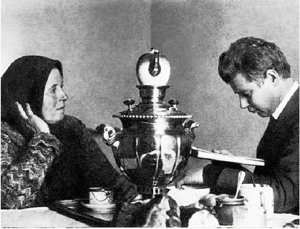 Сергей Есенин с матерью, Татьяной Федоровной, 1924 год.