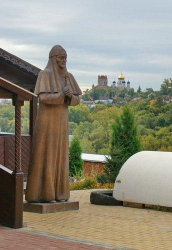 Памятник затворнице блаженной Мелании у Никольской церкви Знаменского монастыря в Ельце