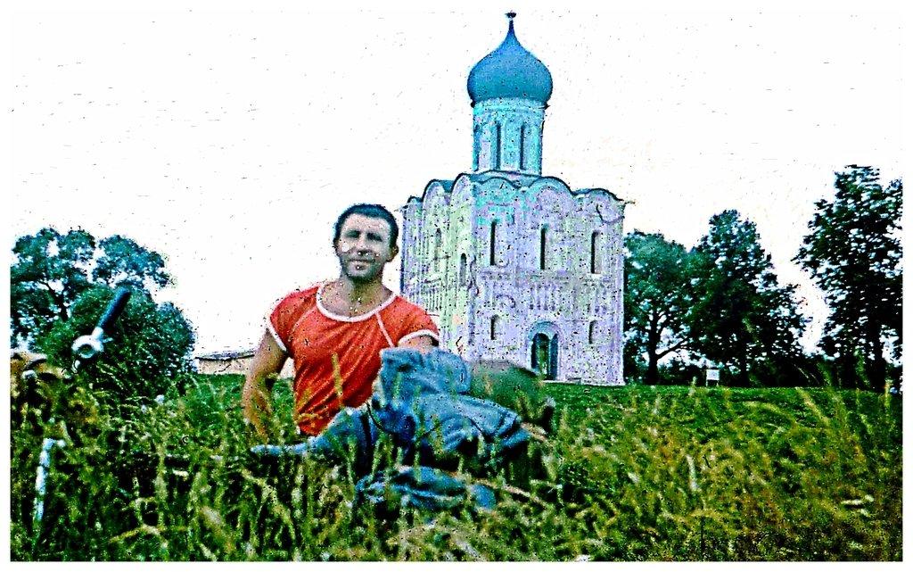 Год 1988-й, фото из велопробега по Золотому кольцу России, у церкви Покрова на Нерли... Фотограф Николай Носенко _Scan10004_