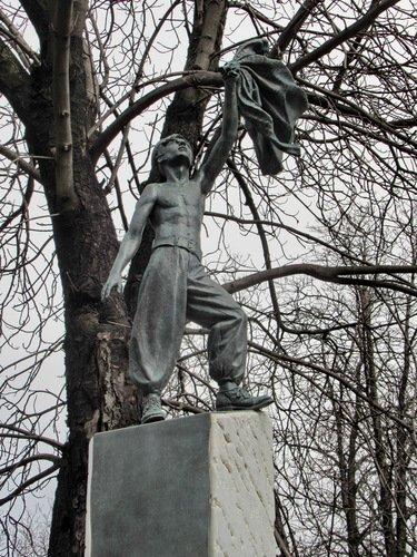 Кому мог быть поставлен такой памятник?
