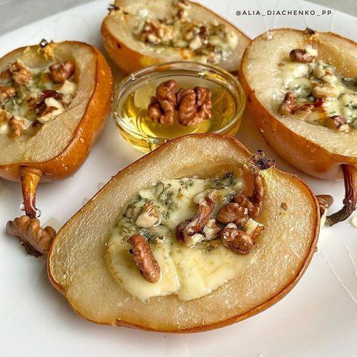 Запечённая груша с медом и орехами.