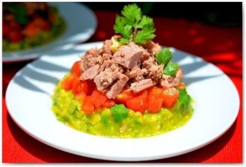 Салат с тунцом и авокадо.